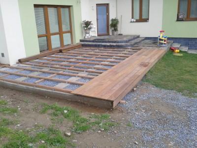 Založení terasy na betonové pásy a zhutněný násyp