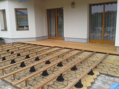 Založení terasy na výškově stavitelné terče