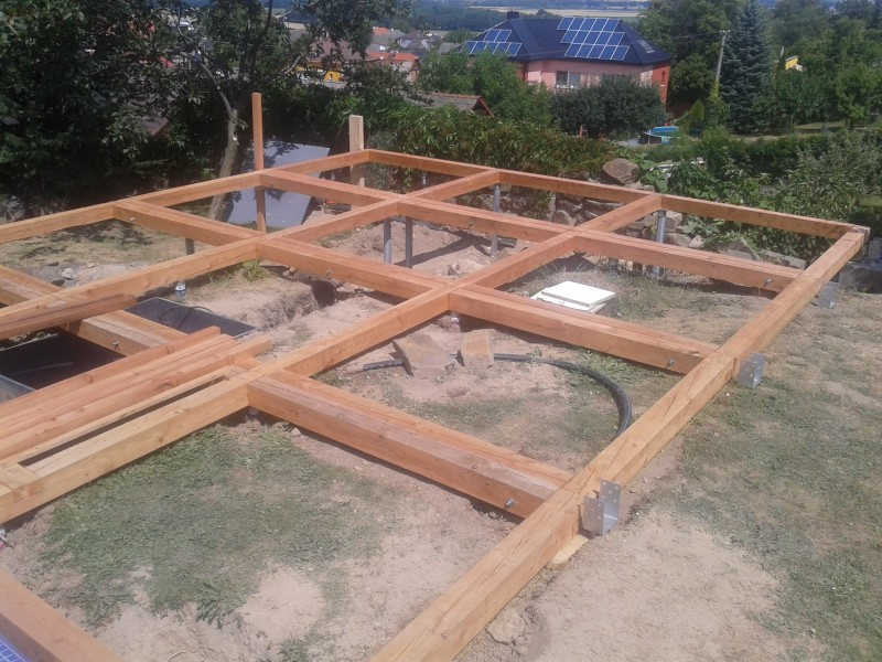 Založení terasy na zemních vrutech a rámech